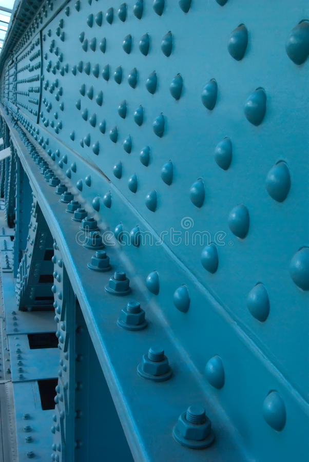 Cierre de acero de la construcción encima de la vertical fotos de archivo