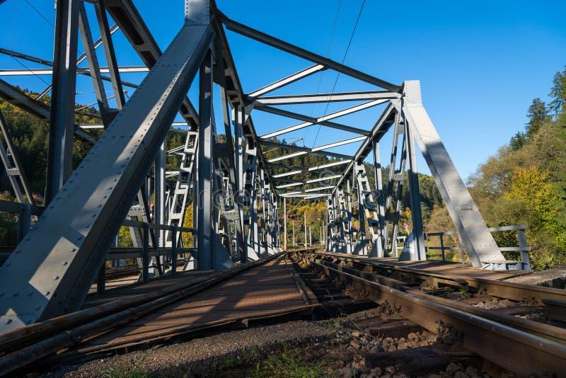 Cierre de acero del puente del ferrocarril para arriba fotografía de archivo