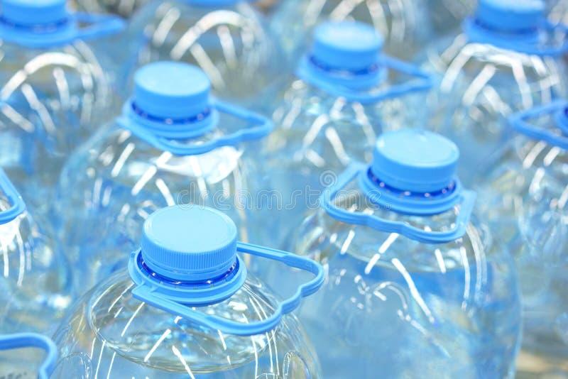 Cierre de botellas de cinco litros de agua potable, enfoque suave fotos de archivo libres de regalías