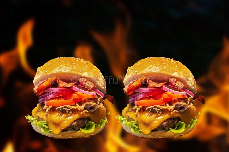 Cierre de hamburguesas caseras con llamas de fuego fotos de archivo