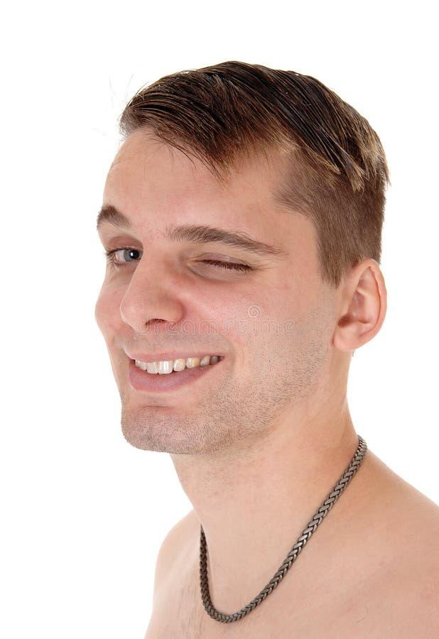 Cierre de la camisa de la desorientación del hombre joven un ojo fotografía de archivo libre de regalías