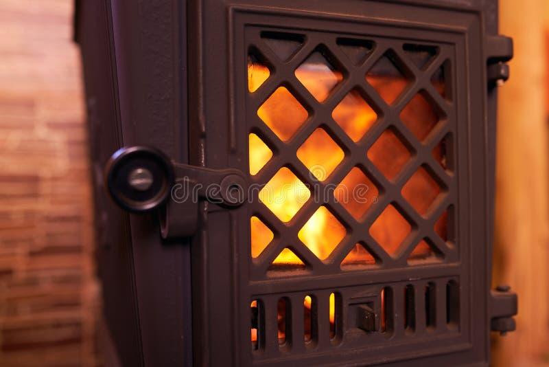 Cierre de la chimenea en casa imágenes de archivo libres de regalías