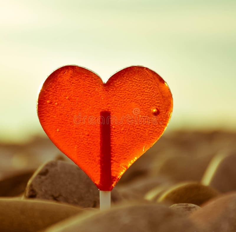 Cierre de la decoración de día de San Valentín de las vacaciones de verano de la puesta del sol del caramelo del lollypop del cor fotos de archivo libres de regalías