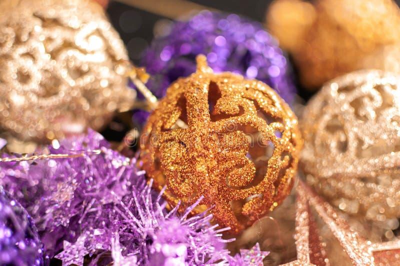 Cierre de la decoración de la Navidad para arriba, por ejemplo la malla, las estrellas y las bolas decoración del Año Nuevo en un fotografía de archivo libre de regalías