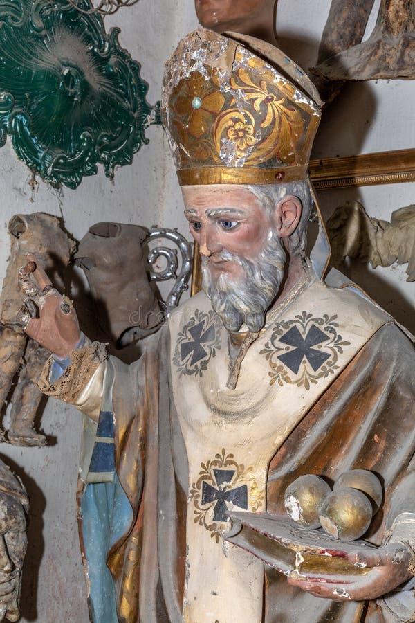 Cierre de la estatua del papa del arte viejo para arriba en el estudio del artista stock de ilustración
