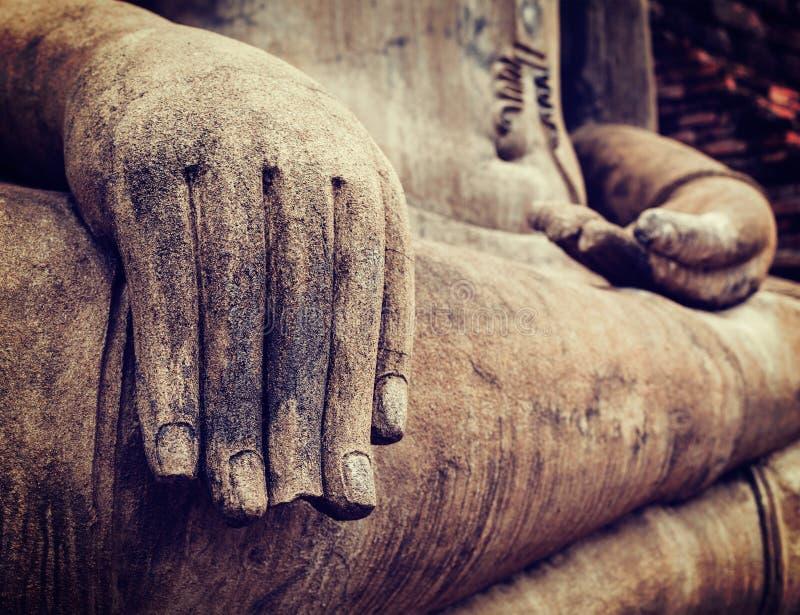 Cierre de la mano de la estatua de Buddha encima del detalle imagenes de archivo