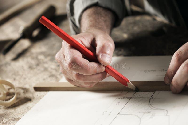 Cierre de la mano del carpintero para arriba imagen de archivo