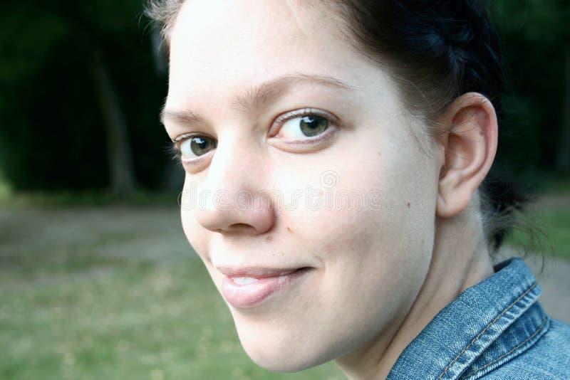 Cierre de la mujer joven para arriba imagen de archivo
