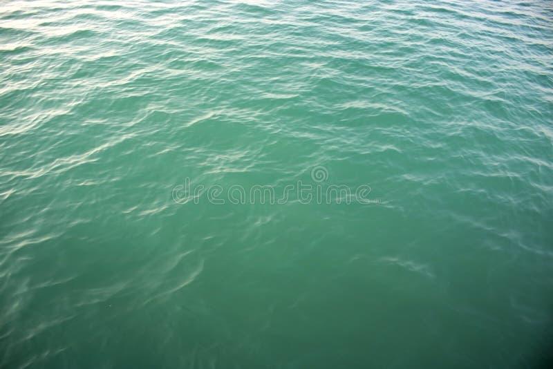 Cierre de la onda del mar para arriba, opinión de ángulo bajo, fondo del agua del océano foto de archivo libre de regalías