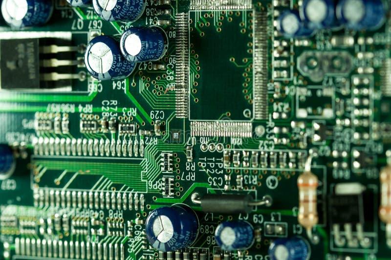 Cierre de la placa de circuito del ordenador encima del tiro macro en verde fotografía de archivo