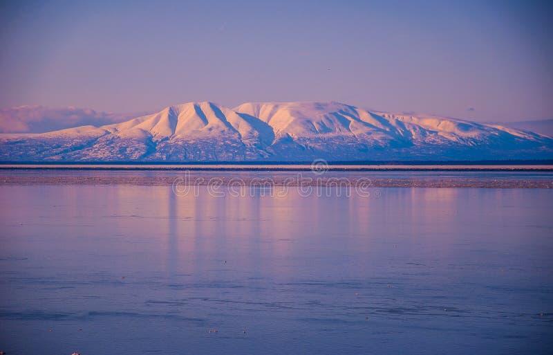 Cierre de la señora el dormir de los volcanes de Alaska encima de cuestas fotografía de archivo