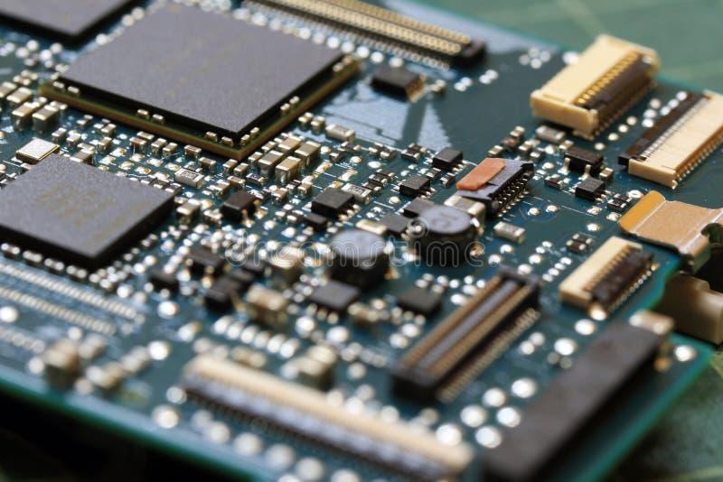 Cierre de la tecnología del fondo de la electrónica para arriba de la placa de circuito verde del equipo fotos de archivo
