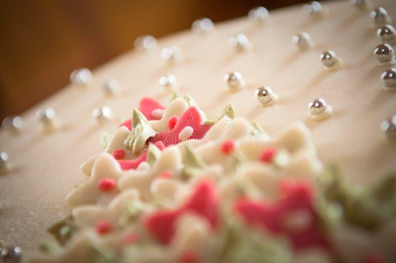 Cierre de la torta de boda del mazapán para arriba fotografía de archivo libre de regalías