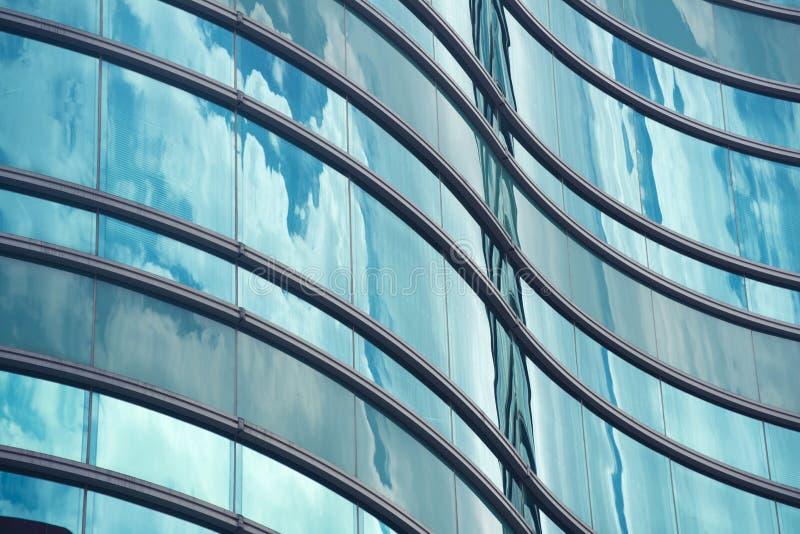 Cierre de la ventana del edificio de oficinas para arriba fotos de archivo