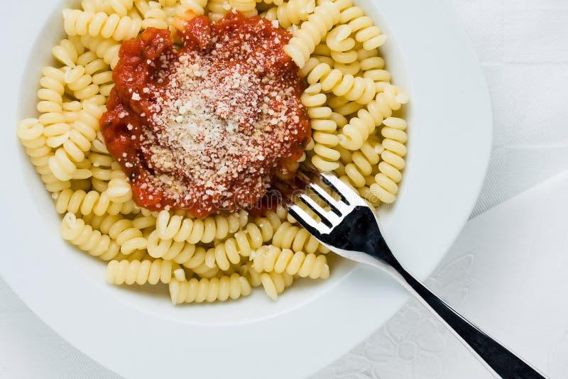Pastas con la salsa de tomate imagenes de archivo
