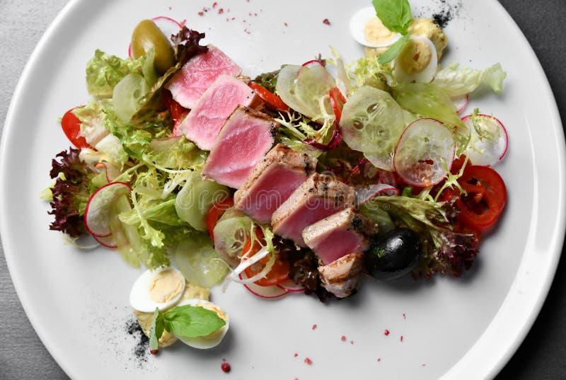 Cierre de la visión superior para arriba de las rebanadas chamuscadas raras del atún de Ahi con la ensalada de las verduras fresc imagen de archivo