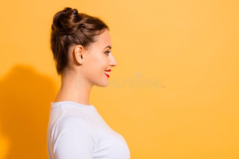 Cierre de la vista lateral del perfil encima de la foto del estudiante lindo encantador que mira feliz en el mejor de los casos a imagen de archivo libre de regalías