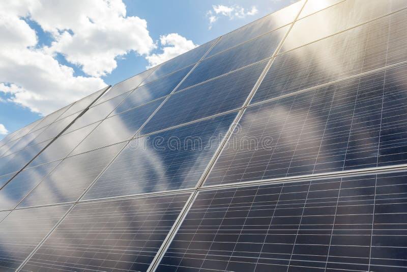 Cierre de la vista lateral encima de la foto del equipo de la energía solar en fondo pacífico azul del cielo imagen de archivo