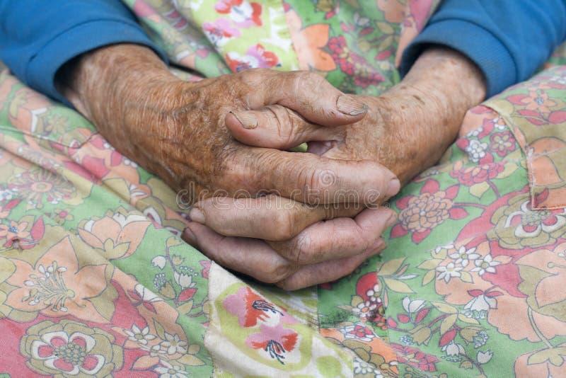 Cierre de las viejas manos de los womans fotos de archivo libres de regalías