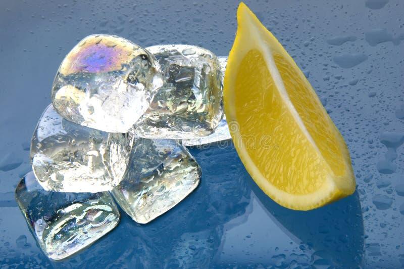 Cierre de los cubos y del limón de hielo fotos de archivo