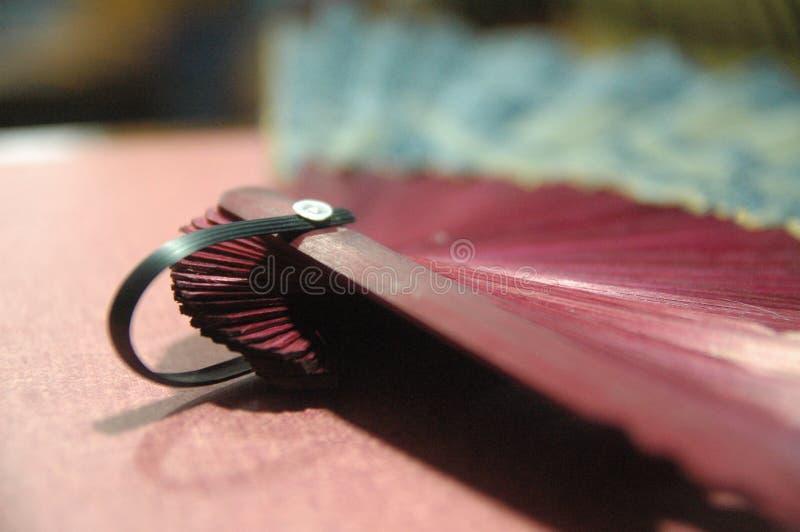 Cierre de madera del color rojo de la fan de la mano de la mujer para arriba libre illustration