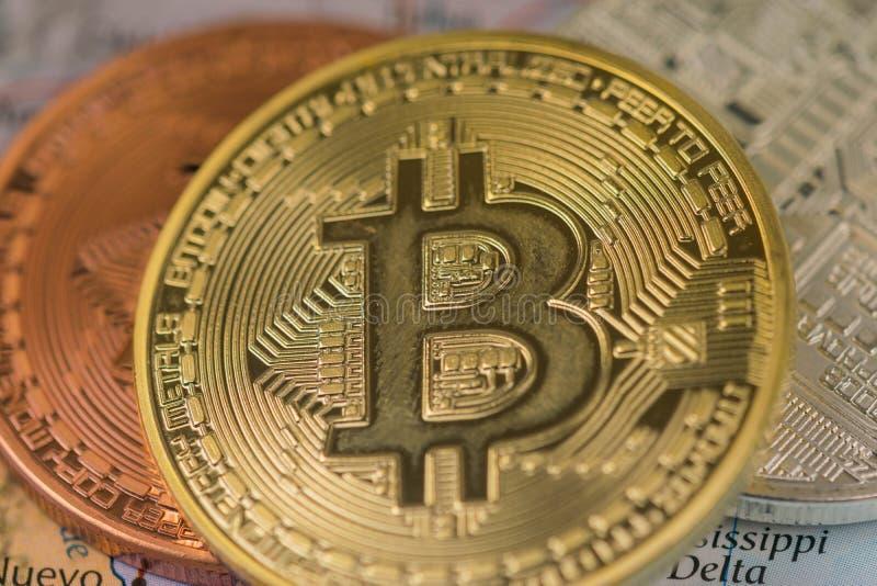 Cierre de oro de la moneda de Bitcoin para arriba así como el bitcoin de plata y el bitcoin del bronce con el fondo borroso de Es fotos de archivo