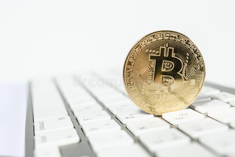 Cierre de oro de la moneda del bitcoin para arriba imagenes de archivo