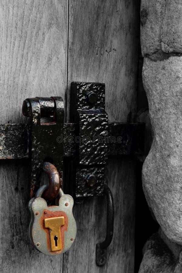 Cierre de puerta del metal y candado oxidados viejos fotos de archivo
