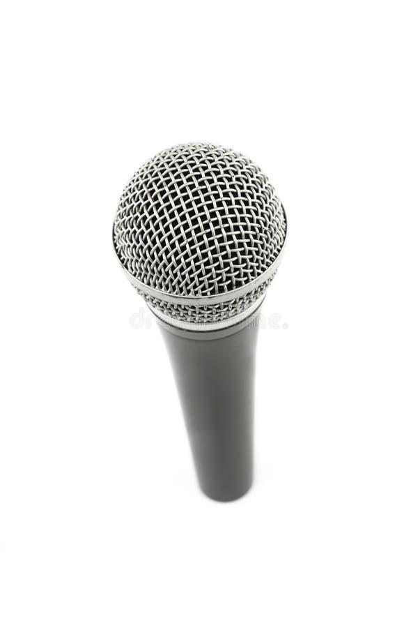 Cierre del alto ángulo del micrófono para arriba aislado en blanco imagenes de archivo