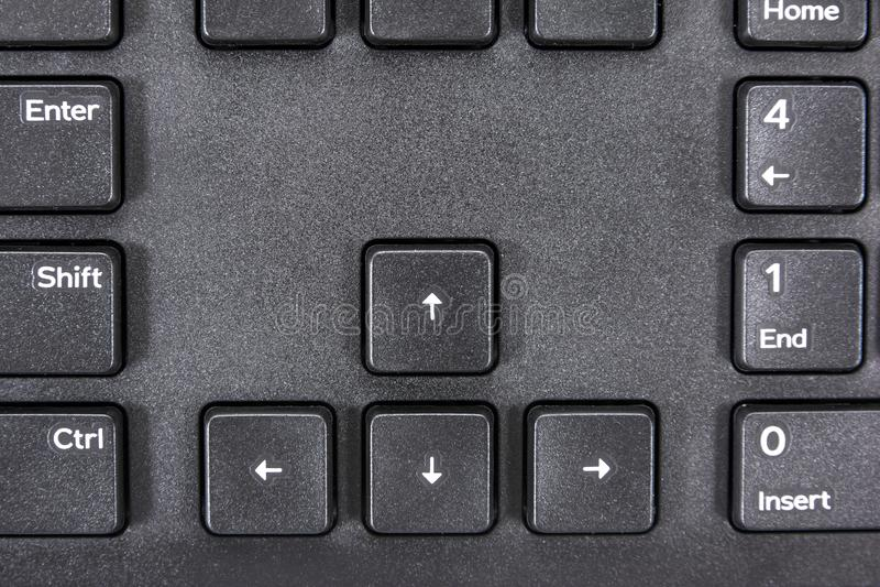 Cierre del botón de teclas de dirección en el fondo del teclado del equipo con otra superficie del botón de comando imágenes de archivo libres de regalías