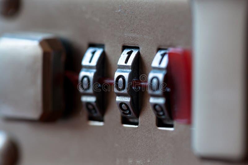Cierre del candado de la combinación para arriba con números del cromo Cerradura de combinación mecánica, contador fotos de archivo