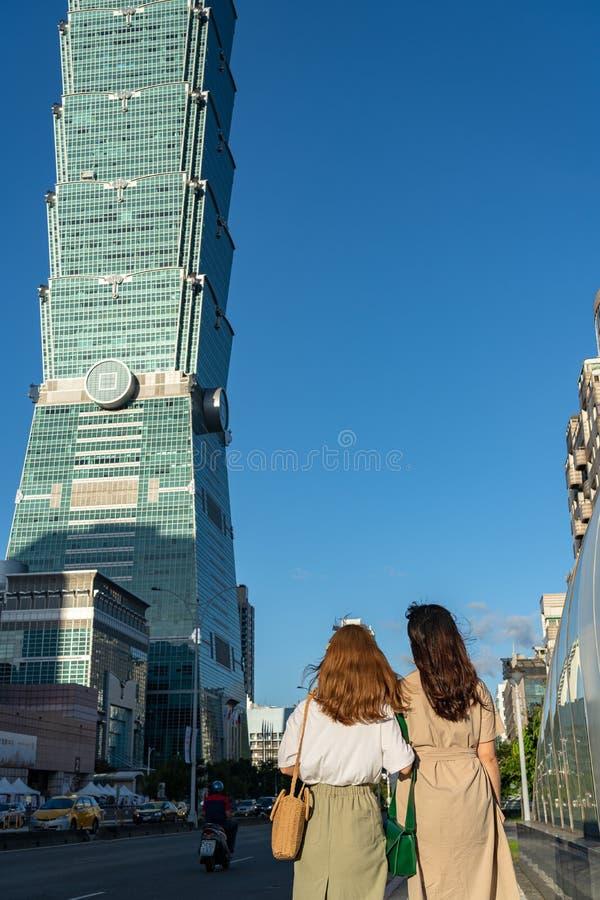 Cierre del edificio del rascacielos de Taipei 101 encima de la visión sobre el cielo azul marino imagen de archivo