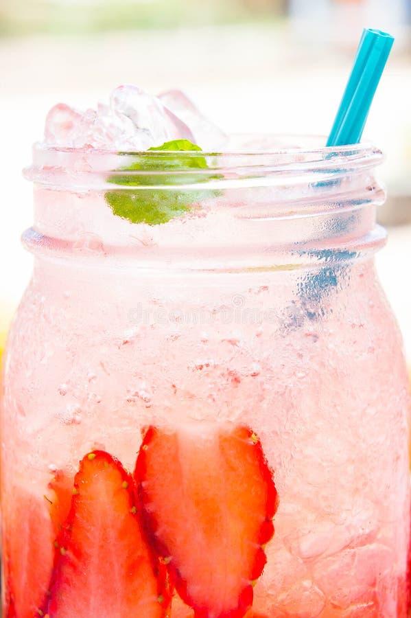 Cierre del jugo de la soda de la fresa para arriba, restaurando el jugo fotografía de archivo