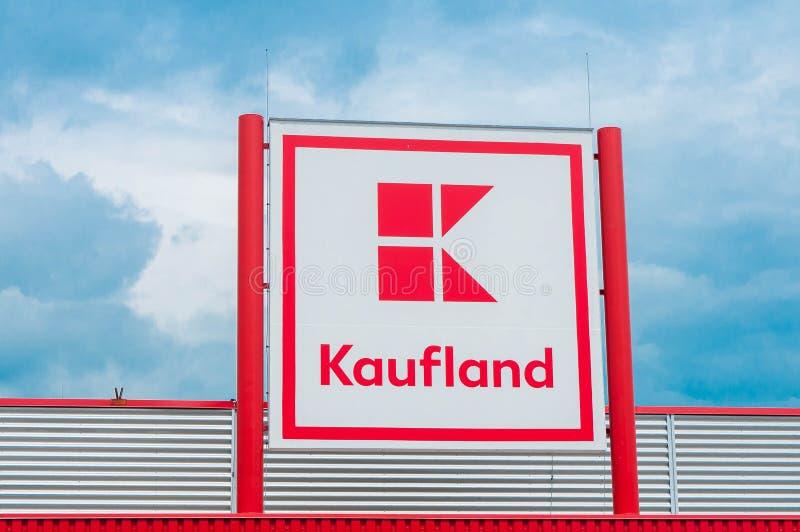 Cierre del logotipo de Kaufland encima del tiro, uno de los colmados principales en Rumania imagenes de archivo