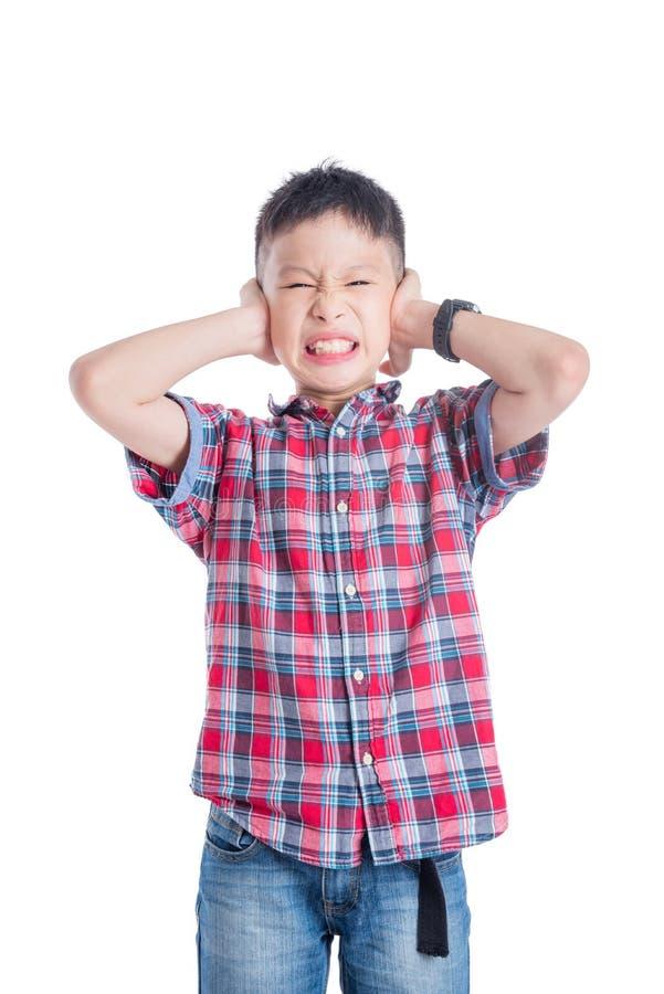 Cierre del muchacho sus oídos por las manos que se colocan sobre blanco imágenes de archivo libres de regalías