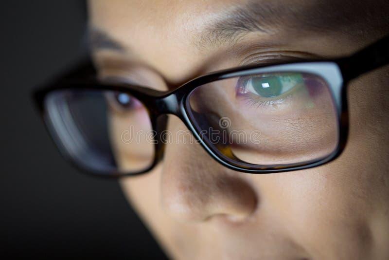 Cierre del ordenador portátil del uso de la mujer para arriba fotos de archivo libres de regalías