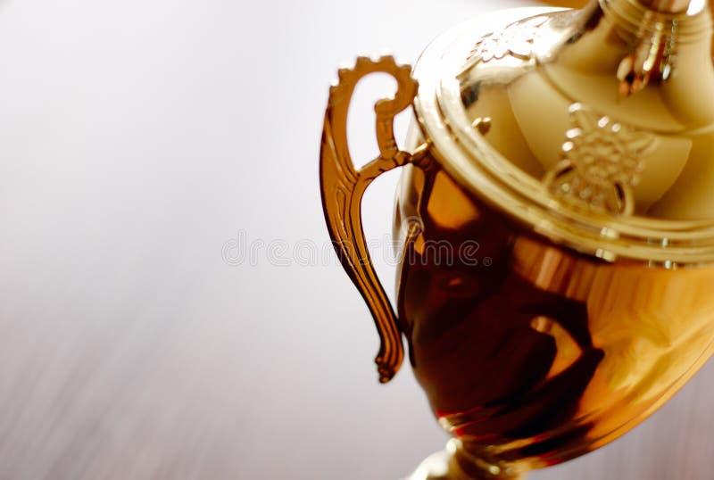 Cierre del premio del trofeo del oro para arriba imagen de archivo