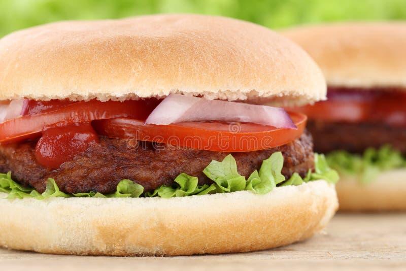 Cierre del primer de la hamburguesa de la hamburguesa encima de la lechuga de los tomates de la carne de vaca foto de archivo