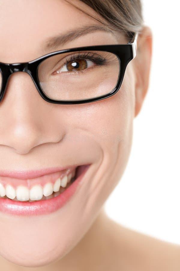 Cierre del retrato de la mujer de las gafas de los vidrios para arriba foto de archivo libre de regalías