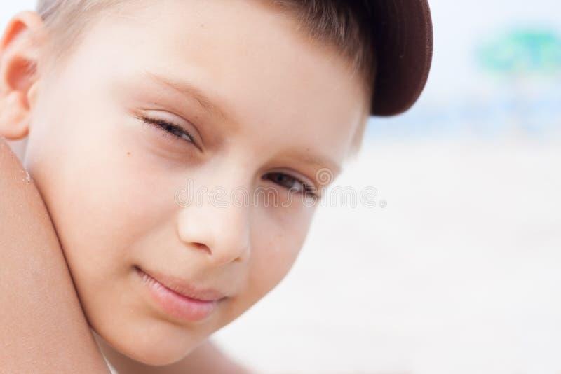 Cierre del retrato del muchacho del niño para arriba imagen de archivo