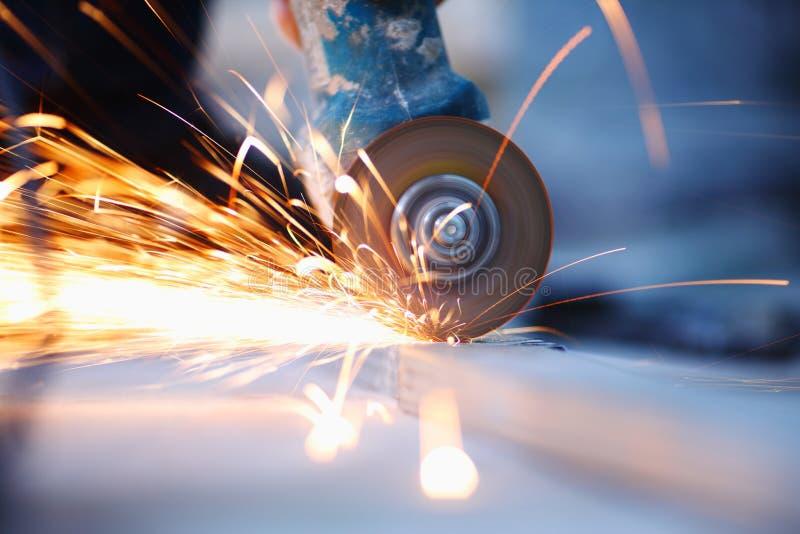 Cierre del sawing del metal para arriba foto de archivo