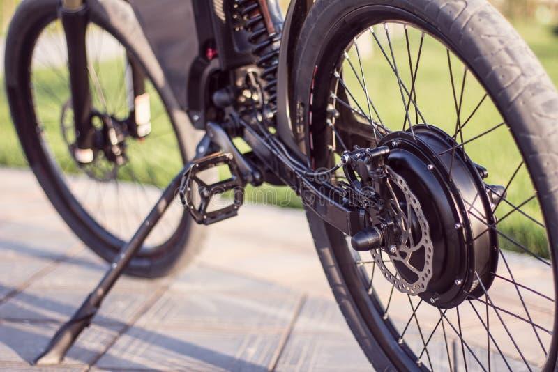 Cierre eléctrico de la rueda del motor de la bici para arriba con el pedal y el amortiguador de choque posterior imagen de archivo