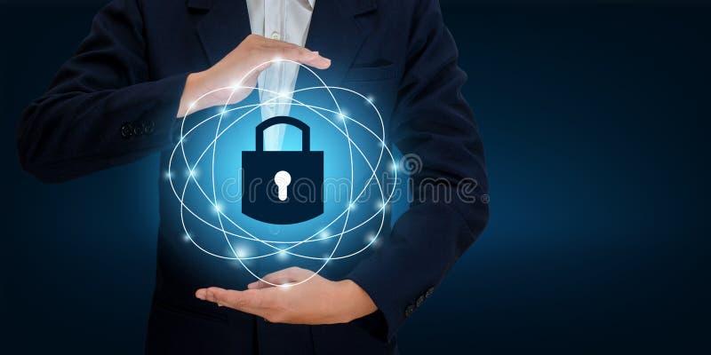 Cierre en las manos de un hombre de negocios Shield el escudo para proteger el ciberespacio Espacie Internet Co del negocio de se ilustración del vector
