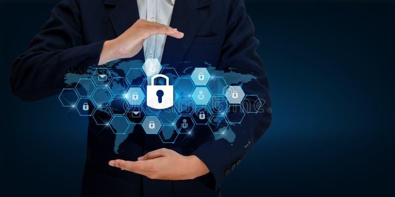 Cierre en las manos de un hombre de negocios Shield el escudo para proteger el ciberespacio Espacie Internet Co del negocio de se foto de archivo libre de regalías