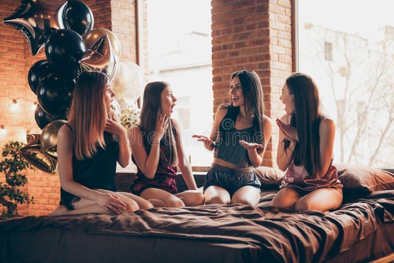Cierre encima compinches hermosos enrrollados de la foto de cuatro ella sus señoras elegantes de comunicación de las rumores fest imagen de archivo