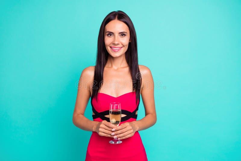 Cierre encima de asombroso hermoso de la foto ella su aniversario de boda de oro costoso del cumpleaños de la copa de vino de la  imagen de archivo