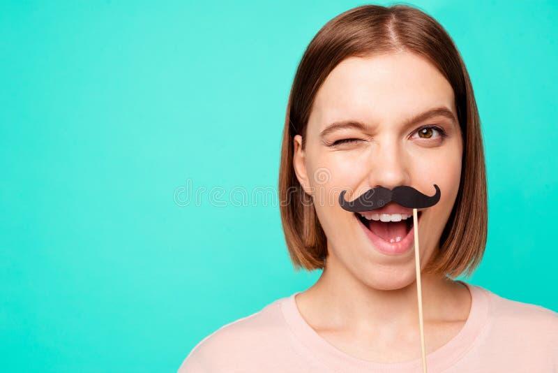 Cierre encima de enrrollado divertido hermoso de la foto su ella peinado corto de la señora que guiña el ojo para hacer bigote pa imagen de archivo libre de regalías