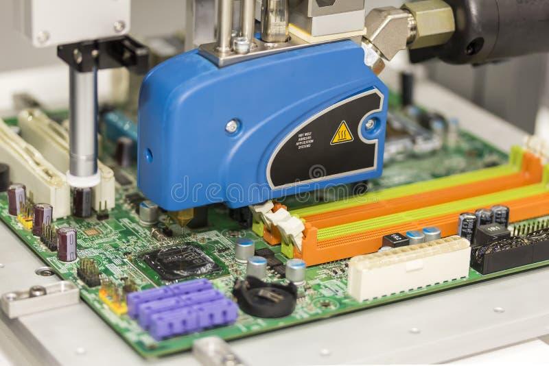 Cierre encima de la alta precisión y de la tecnología del dispositivo de la boca y de la aguja de la inyección caliente automátic imagenes de archivo