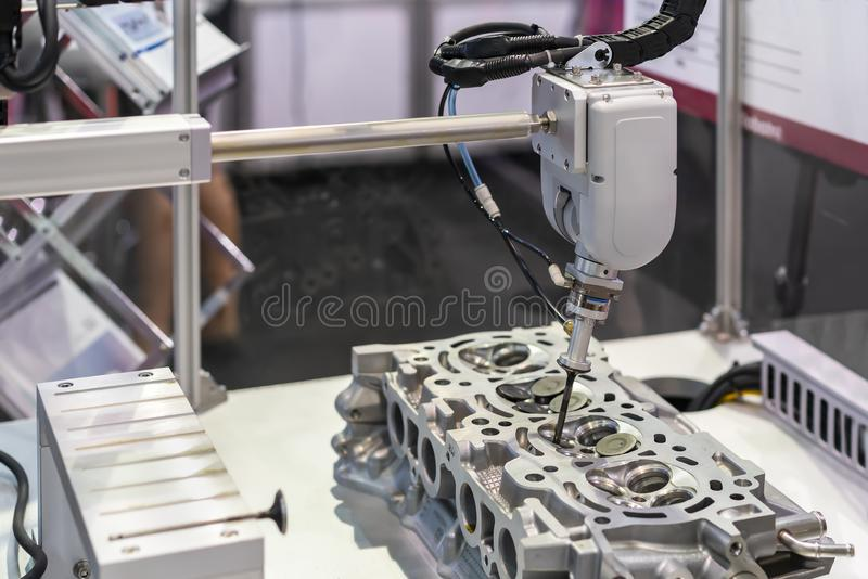 Cierre encima de la cabeza de la succión y del eje de la válvula durante captura quitar o asamblea en el motor del bloque de cili fotografía de archivo