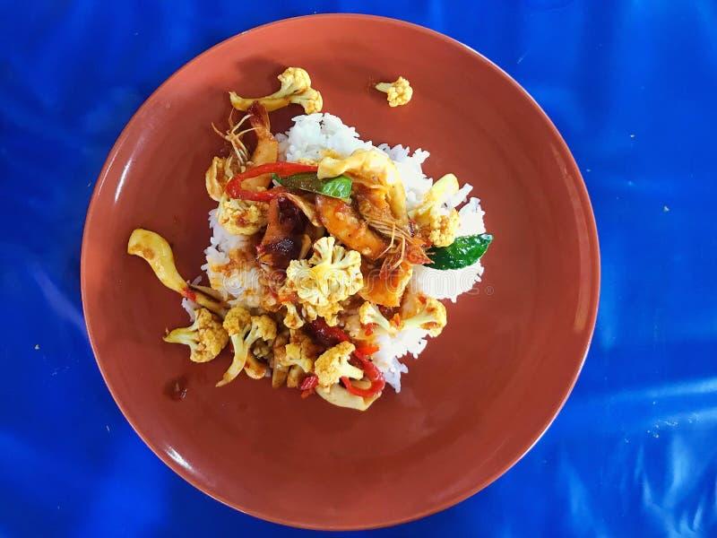 Cierre encima de la cocina tailandesa de los alimentos de preparaci?n r?pida en el disco para el servicio, concepto del viaje de  imagen de archivo libre de regalías